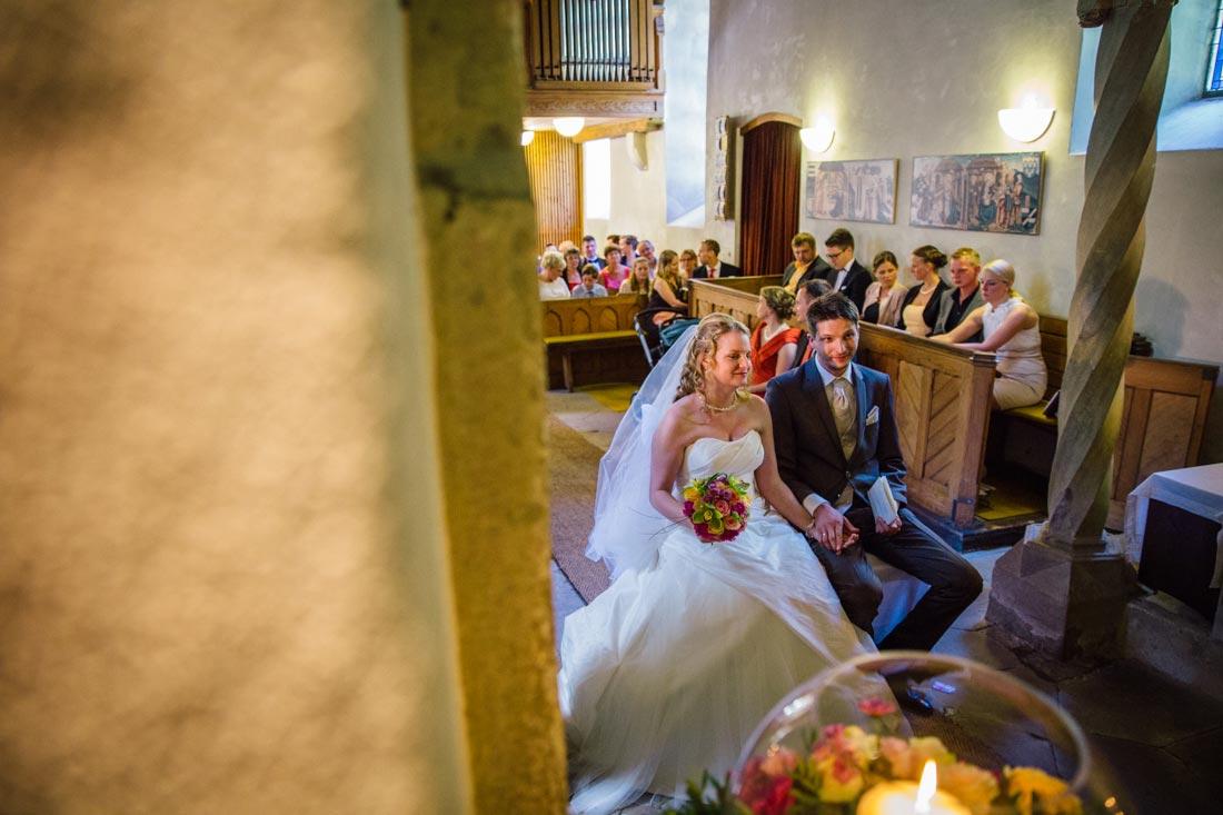 paar sitzt in kapelle