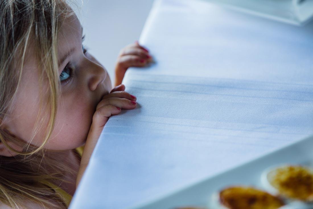 kind wartet auf essen