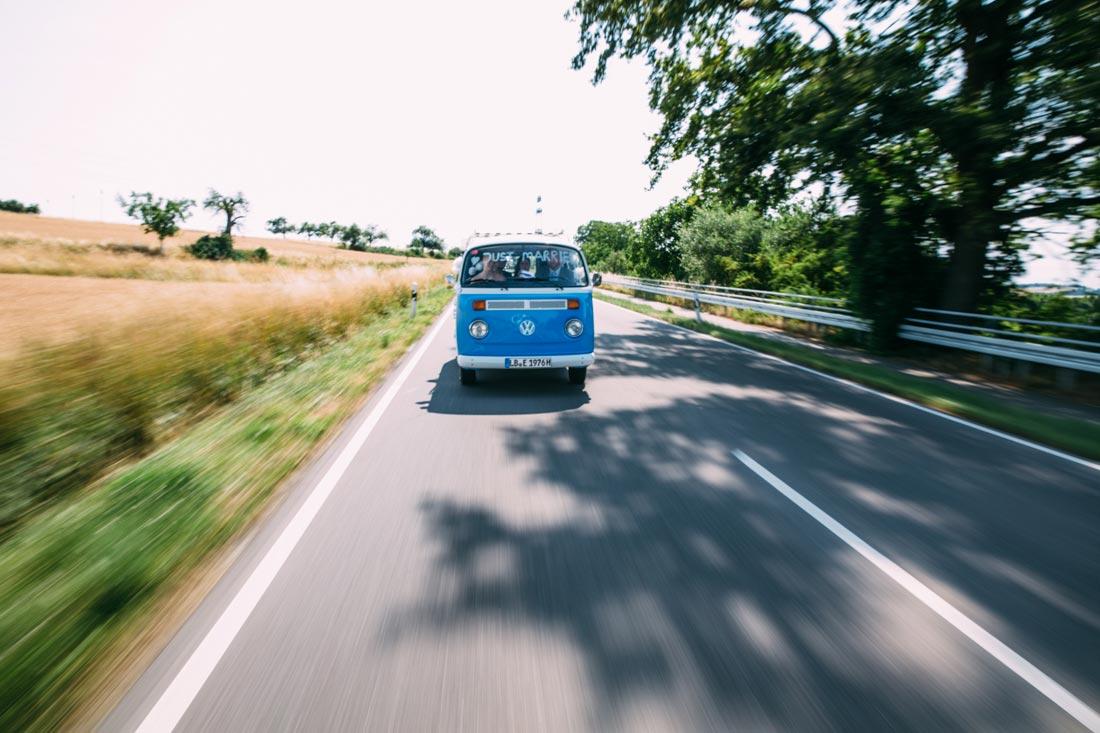 Hochzeitsauto VW Bully in fahrt