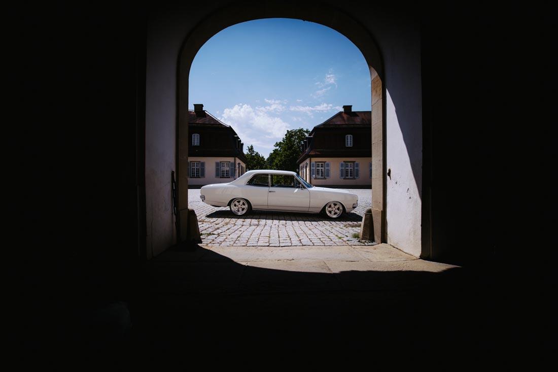weißes hochzeitsauto schloss solitude