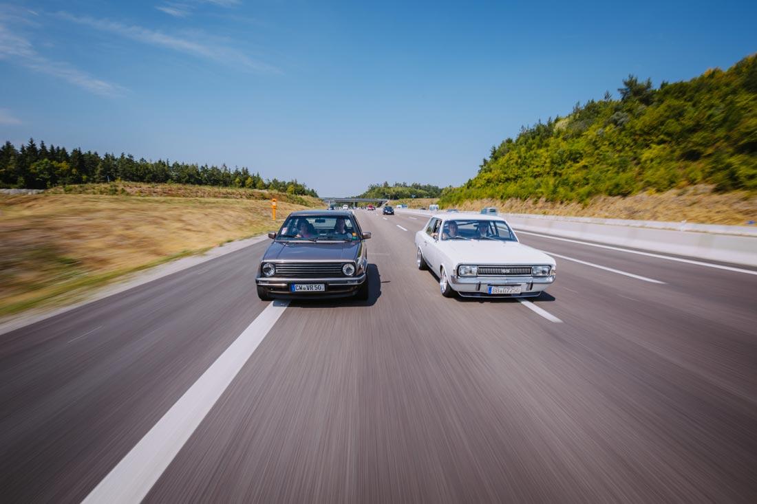 hochzeitsautos auf autobahn