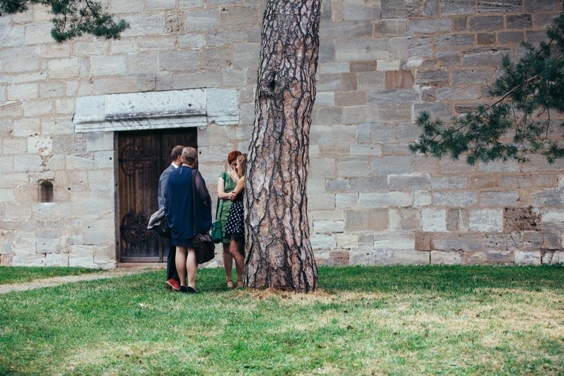 Gäste an einem Baum