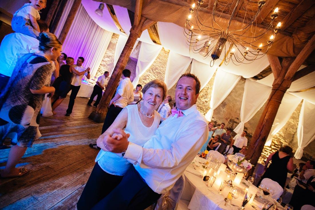 Bräutigam tanzt mit seiner Mutter