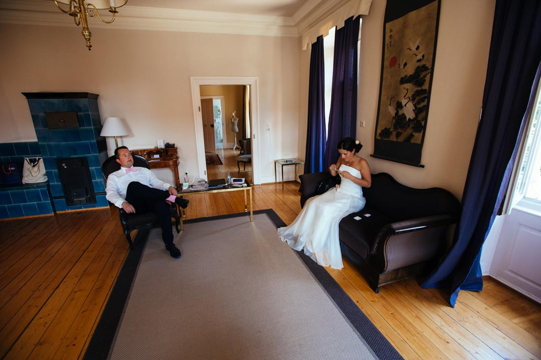 brautpaar wartet im hotel