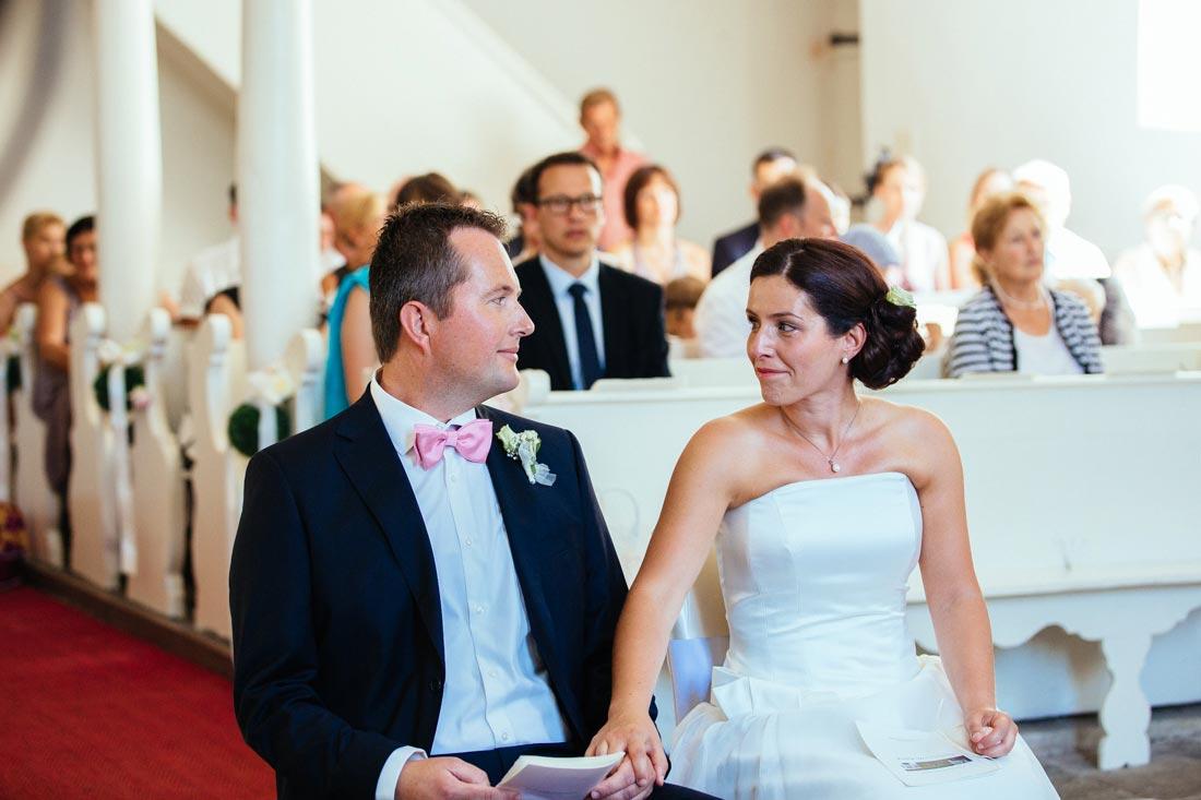 Das Paar sitzt in der Kapelle