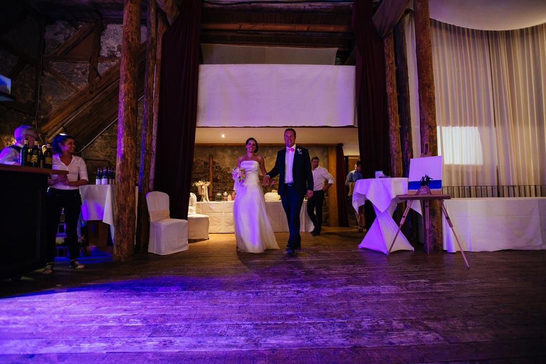 Paar betritt den Festsaal