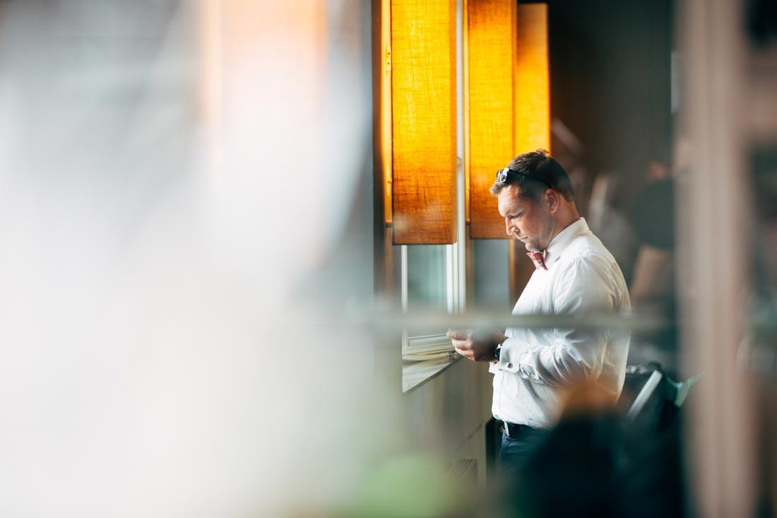 Gast blickt auf sein Handy