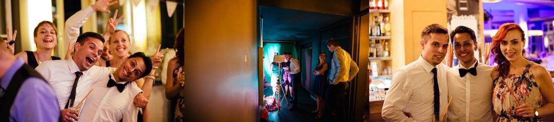 hochzeitsgäste mit fotobox