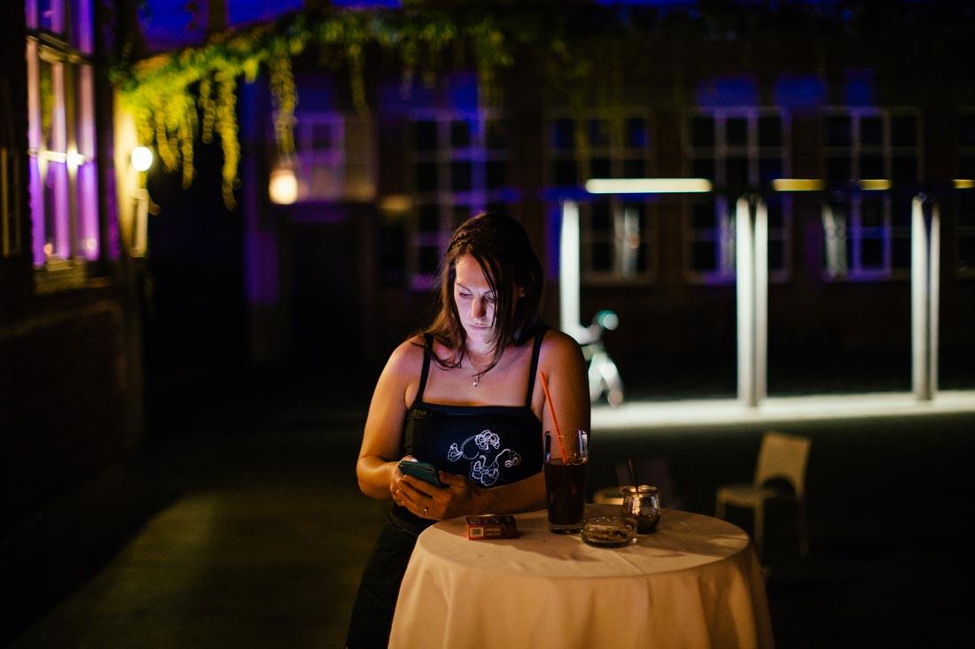 Gast mit Handy in der Nacht