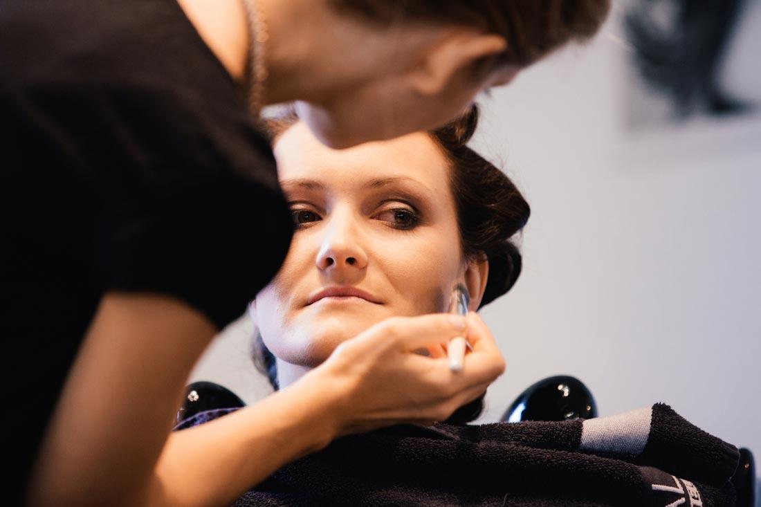 makeup wird aufgetragen