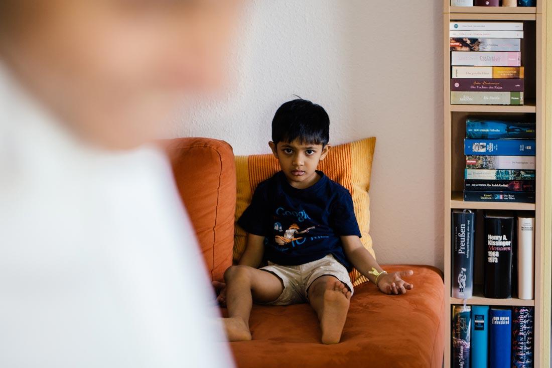 junge auf sofa