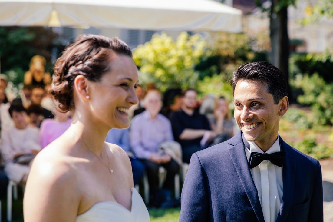 Bräutigam lacht seine Braut an