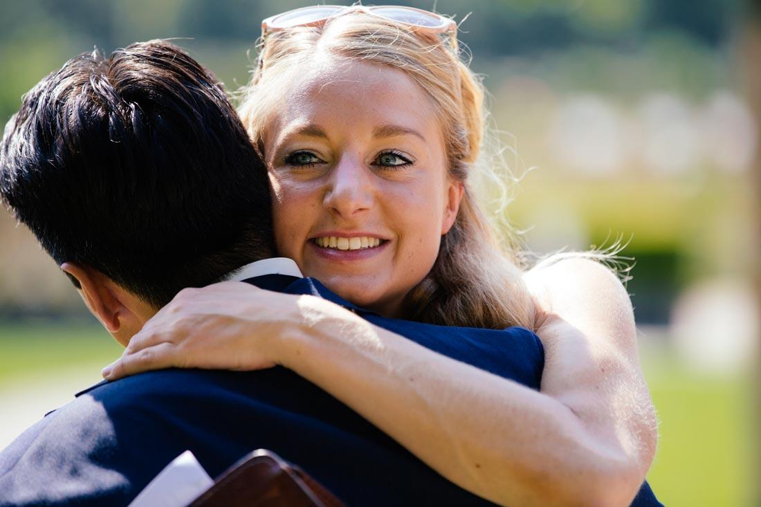 Frau umarmt den Bräutigam
