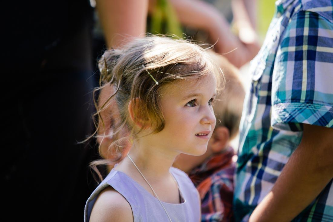 Kind schaut zur Braut