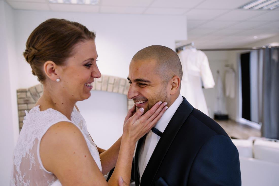 Braut streichelt ihren Mann