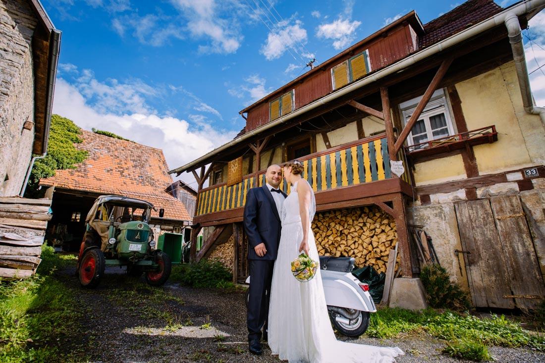 Hochzeitspaar in Hof mit vespa