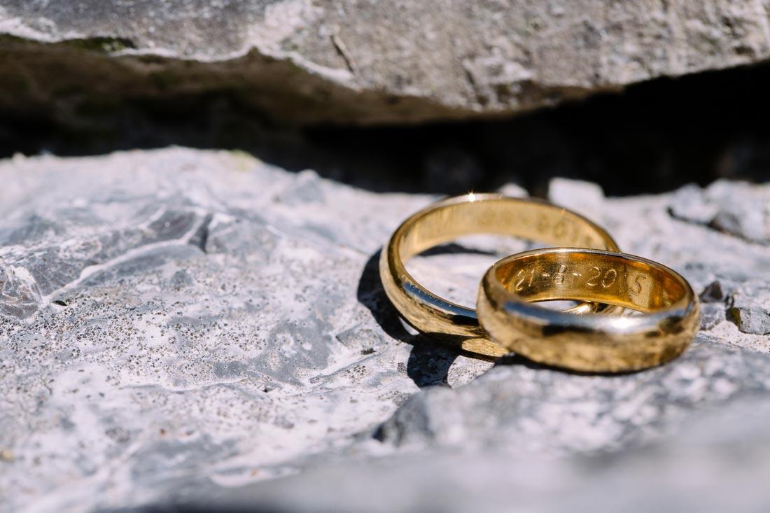 Eheringe im Steinbruch fotografiert