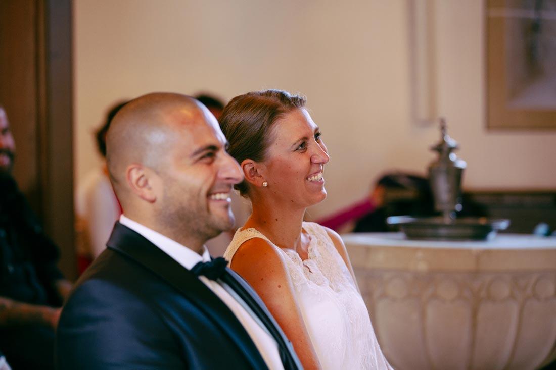 Paar lacht nach der Trauung