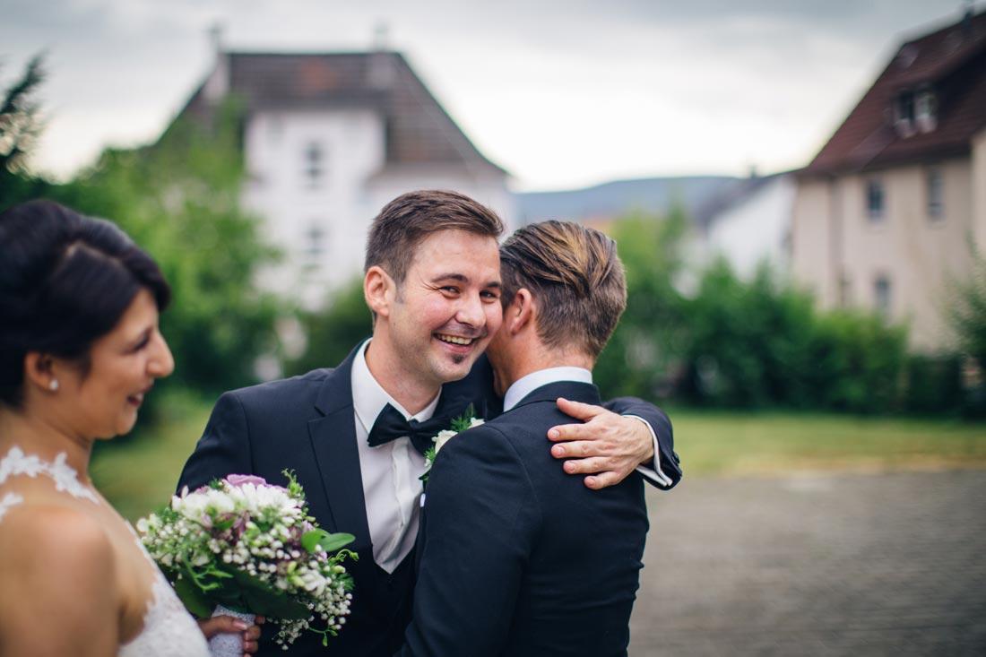 bräutigam empfängt glückwünsche