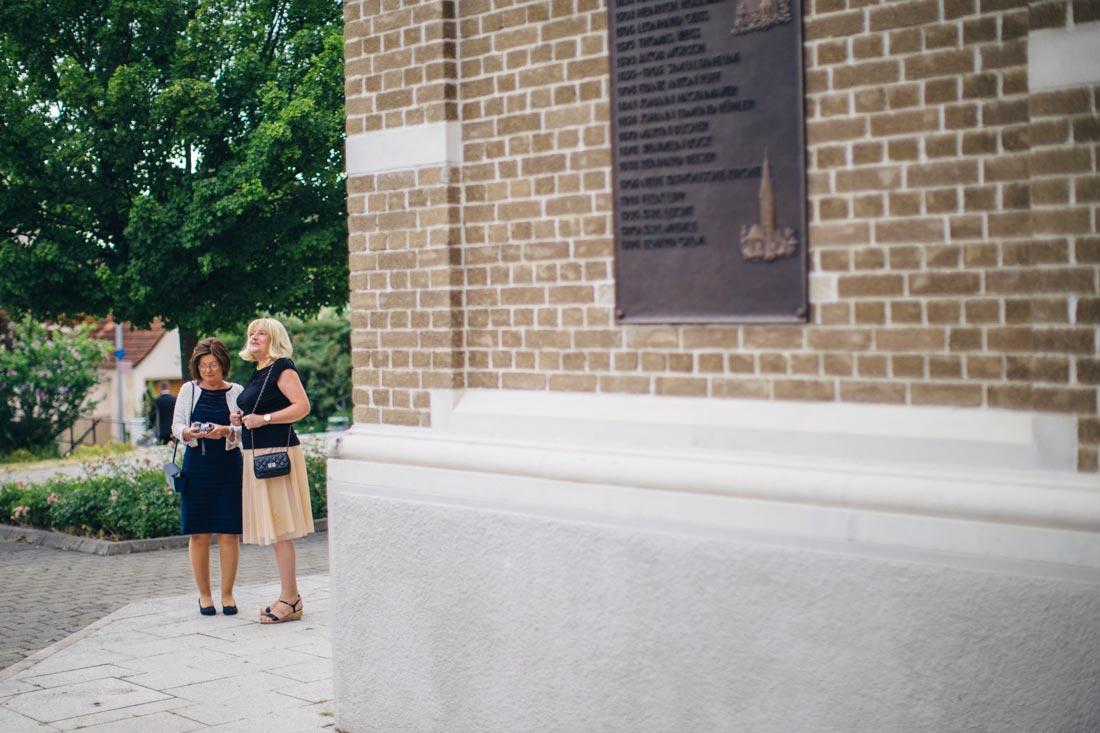 Zwei Frauen vor der Kirche