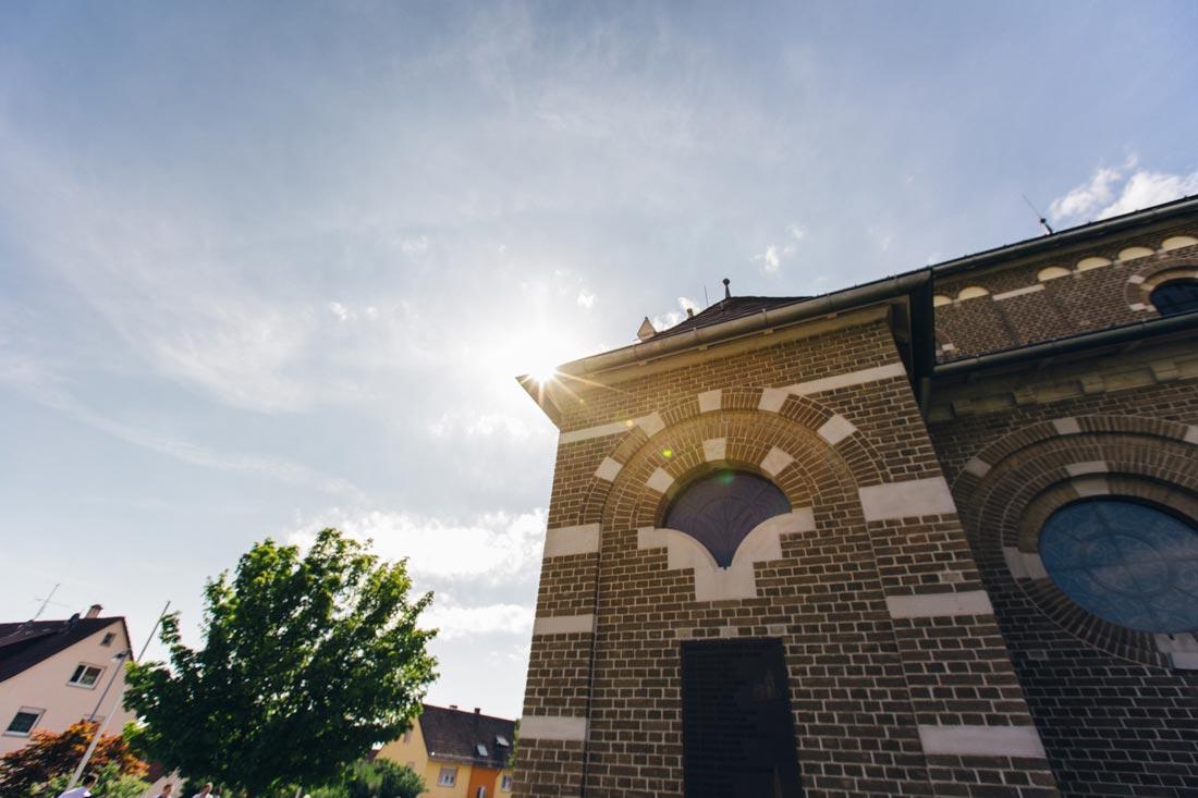 Sonne hinter der Kirche