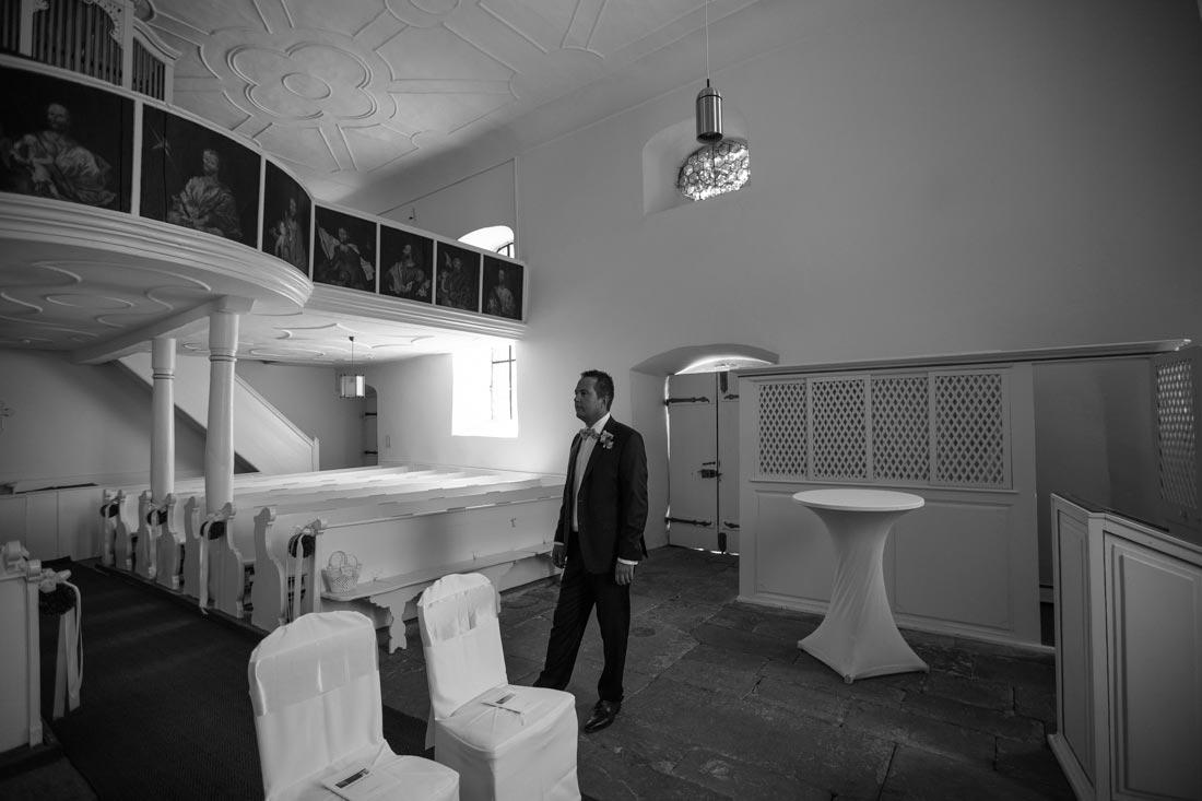 bräutigam allein in kapelle