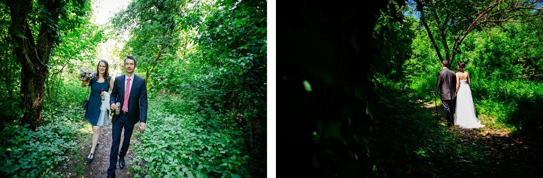 Paar steht auf Waldweg