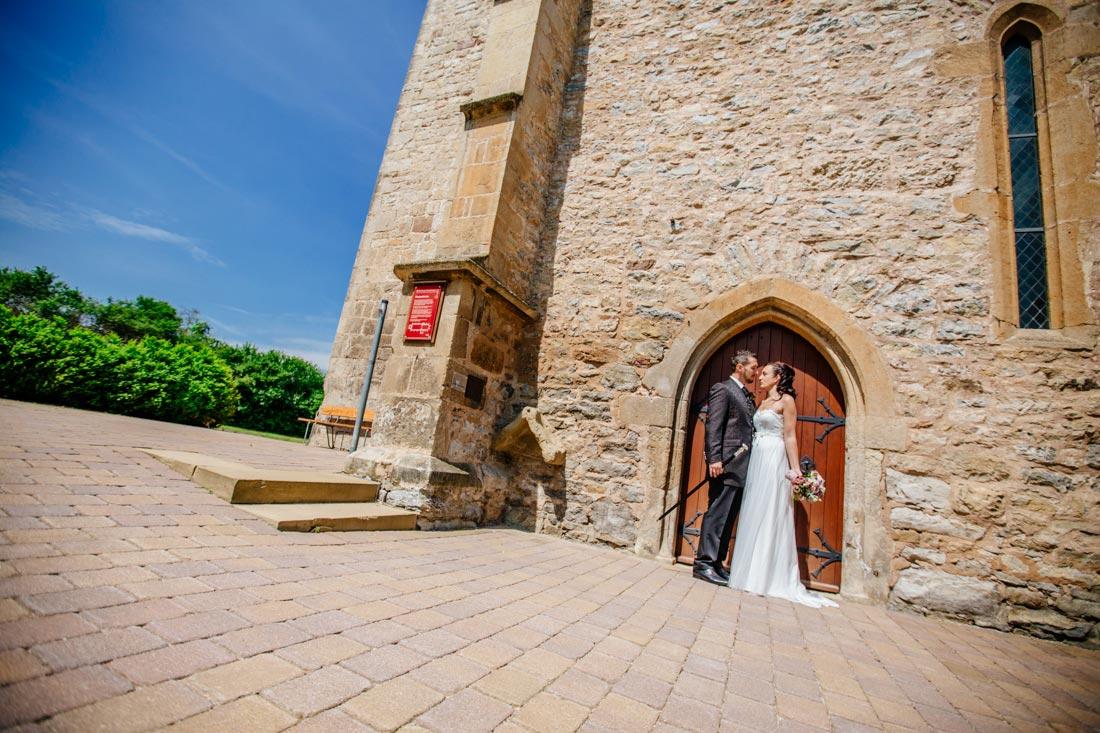 Hochzeitspaar vor Kirche