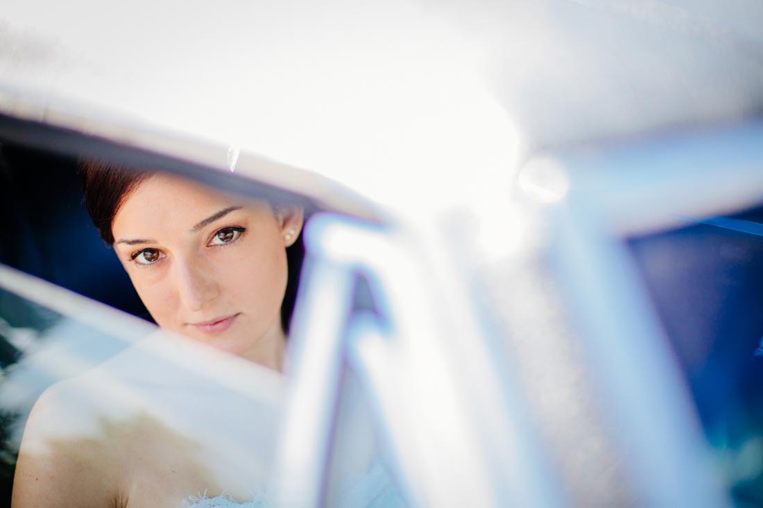 bild der Braut im Auto