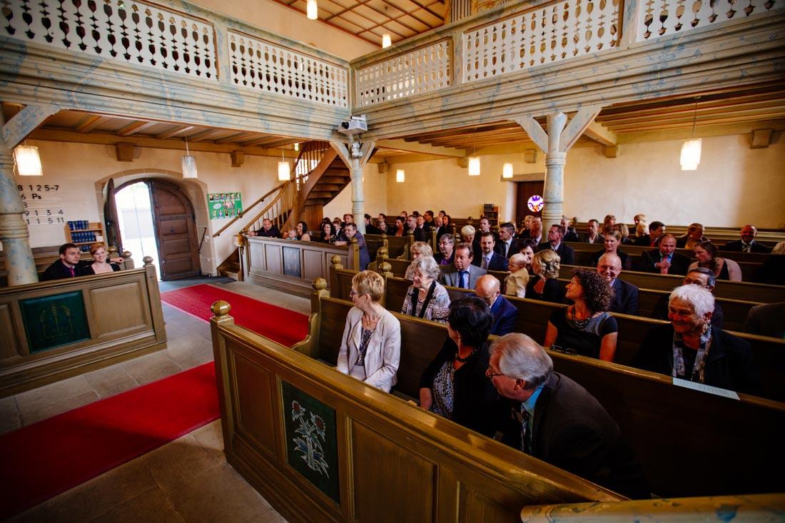 gäste in der kirche warten