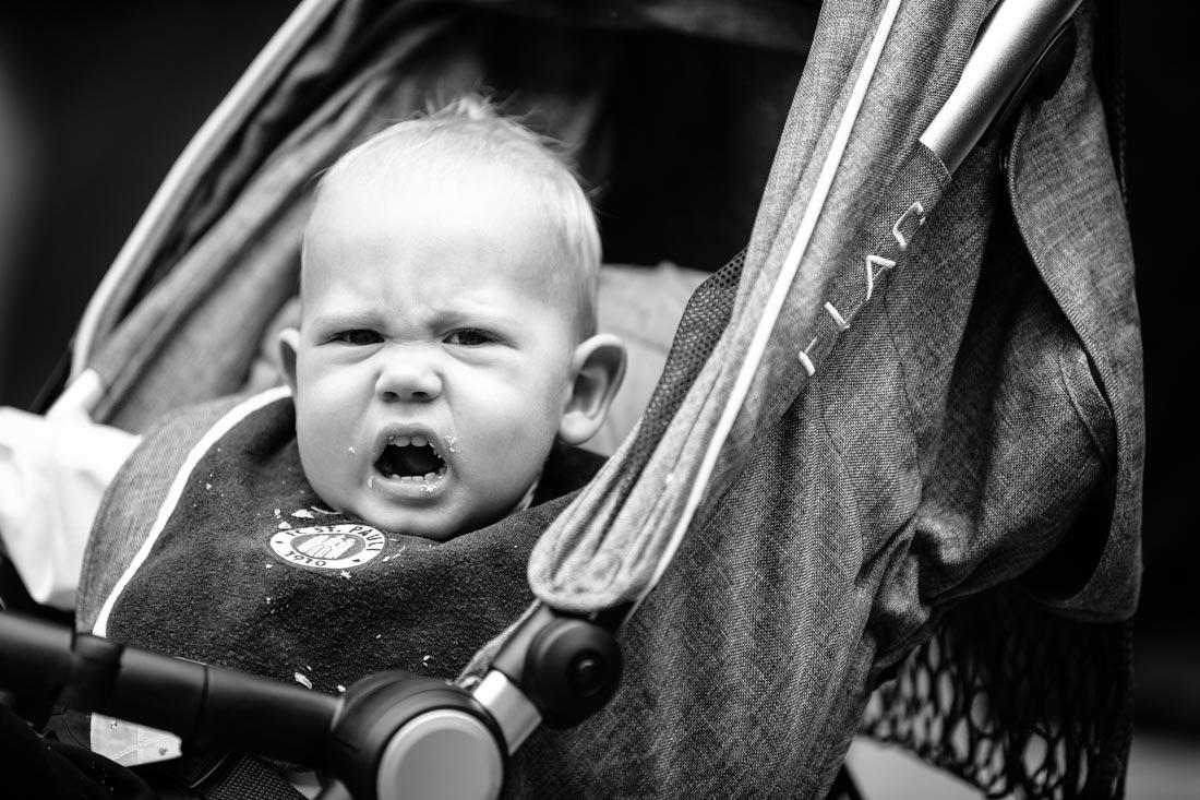 hochzeits-reportage kind im kinderwagen