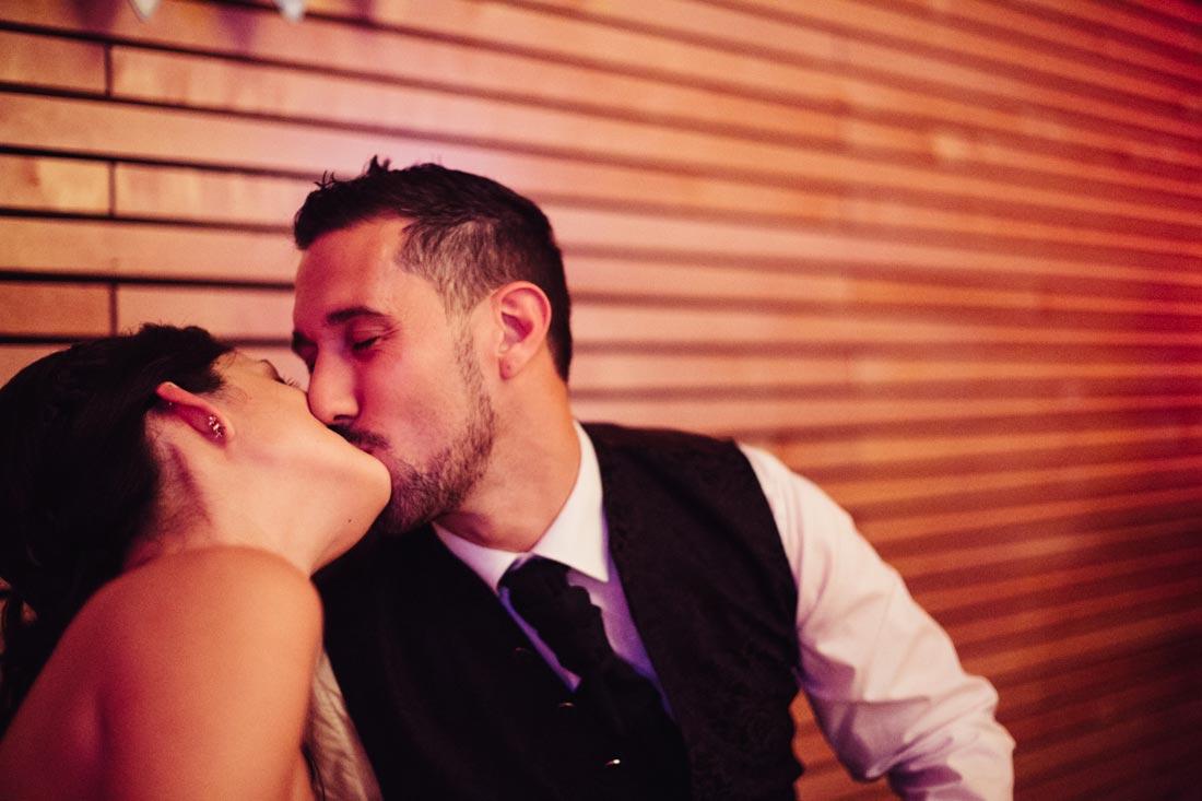 hochzeitspaar küsst sich