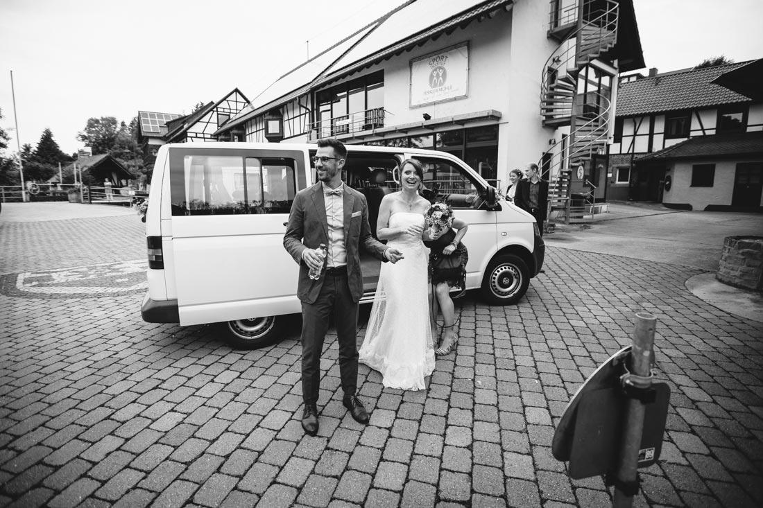 Brautpaar steigt aus dem Auto