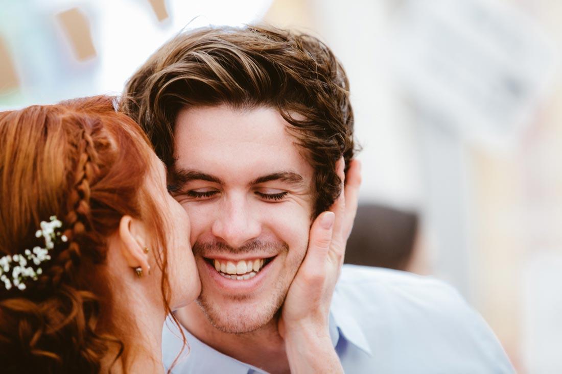 Braut küsst Hochzeitsgast