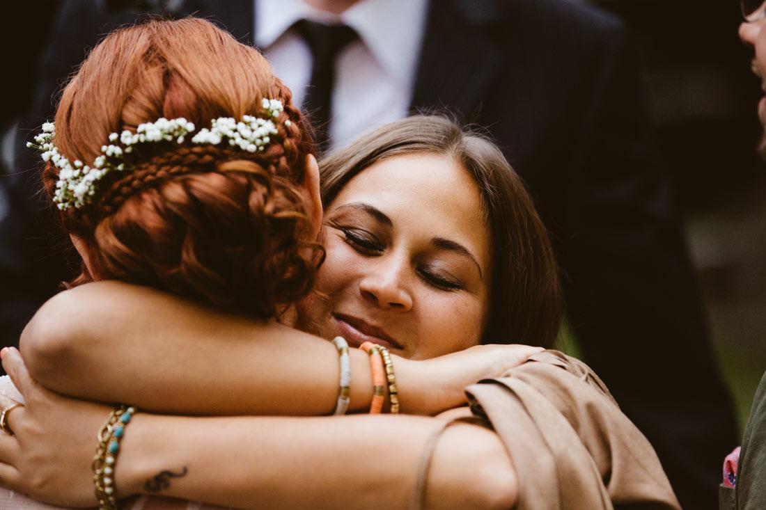 Umarmung der Braut von einer Freundin