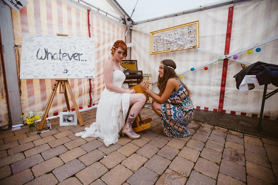 Braut sitzt auf Schaukelpferd