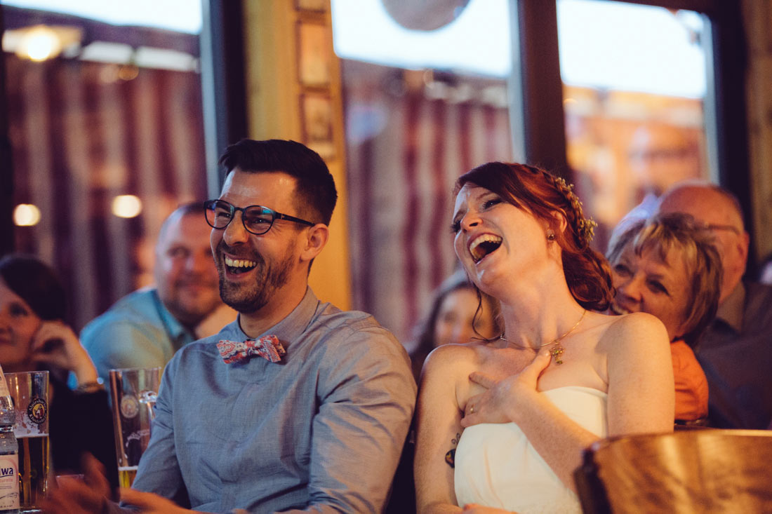 Brautpaar lacht herzhaft