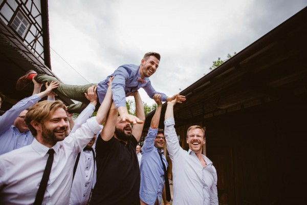 Bräutigam wird auf Händen getragen