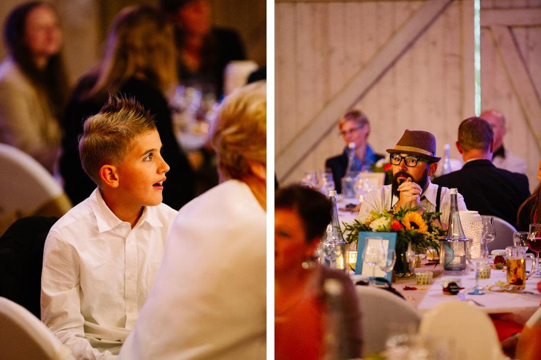 Hochzeitsgäste hören zu