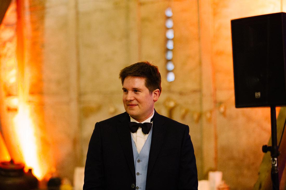 Bräutigam schaut die Braut an