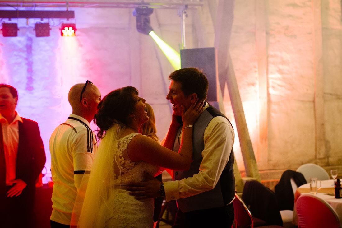 Das Hochzeitspaar singt
