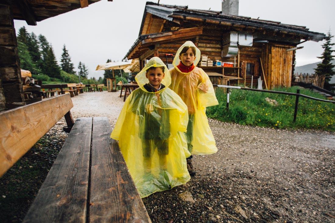 Kinder in Regencapes
