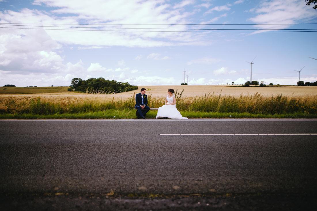 Brautpaar sitzt auf einer Bank