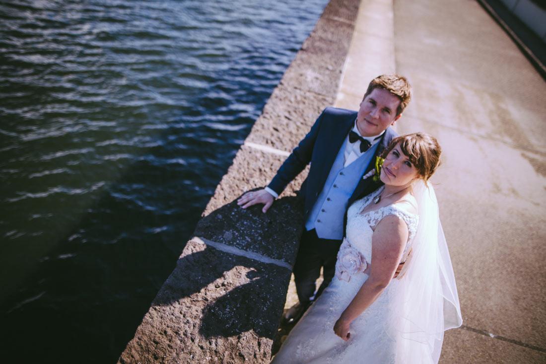 Paar auf dem Staudamm
