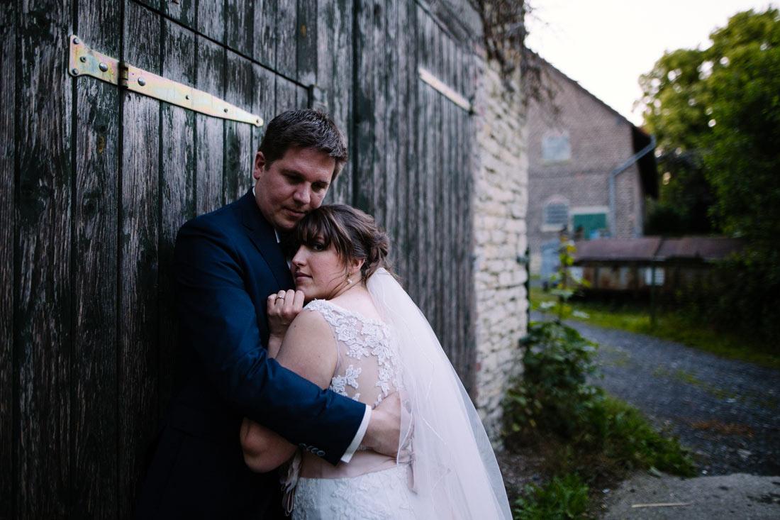 Paar steht an einer Scheune