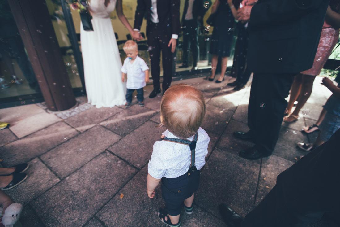 Kleiner Mann vor Brautpaar