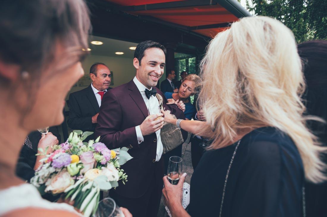 Gäste begutachten den Anzug
