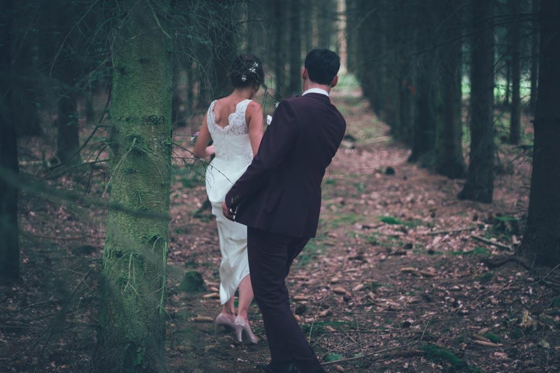 Brautpaar läuft durch den Wald