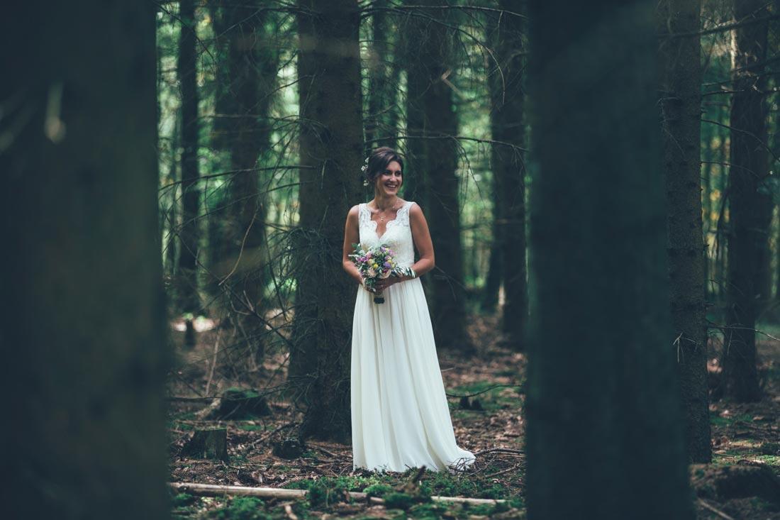 Braut allein im Wald