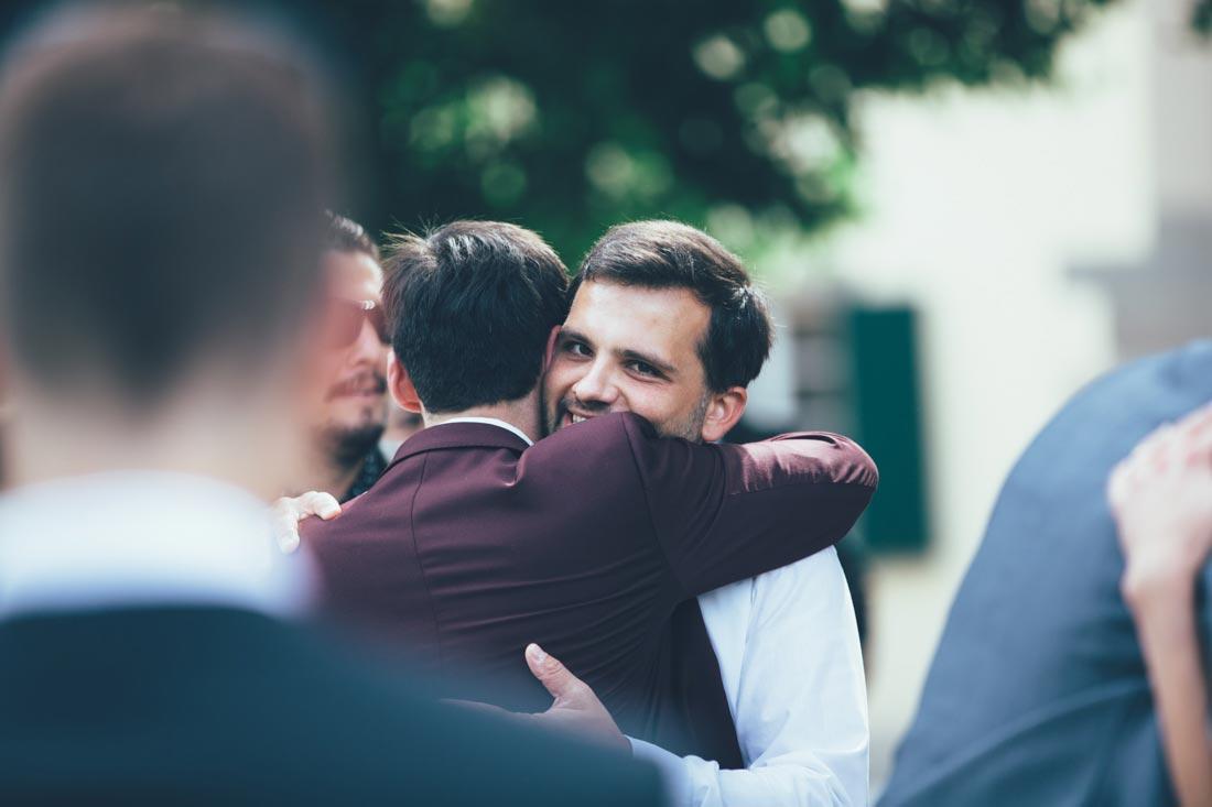 Umarmung des Bräutigams